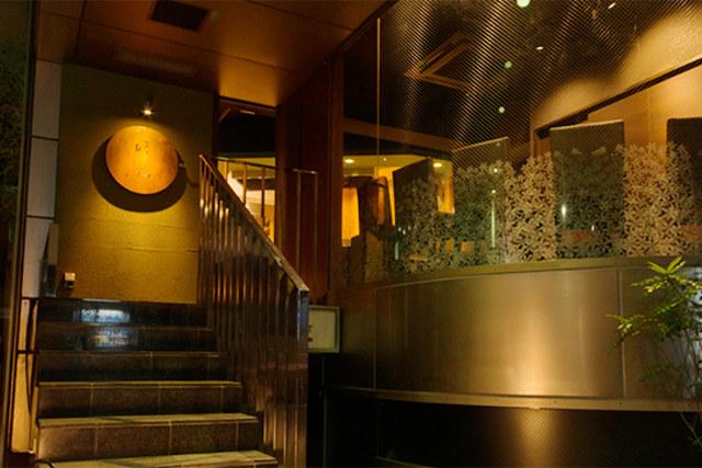 西麻布の居酒屋は隠れ家のようなおしゃれで落ち着いた空間の中こだわりの料理が楽しめる【晩鶏】